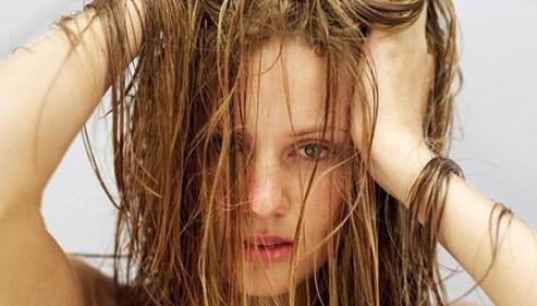 Жирнеть волосы могут по многим причинам
