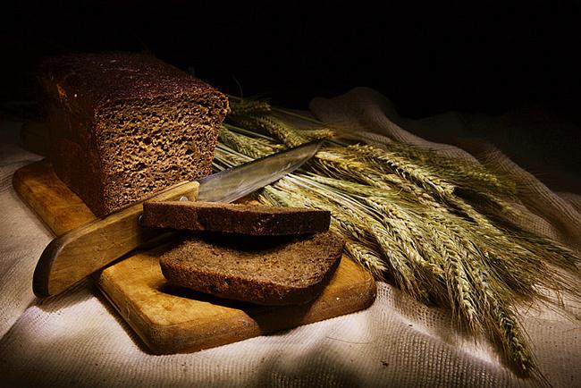Ржаной хлеб содержит в себе очень много необходимых для нормального роста и здоровья волос витаминов группы В