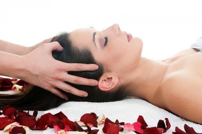 Улучшить состояние волосяных луковиц помогает массаж