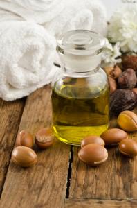 Регулярное применение арганового масла замедляет распространение седины