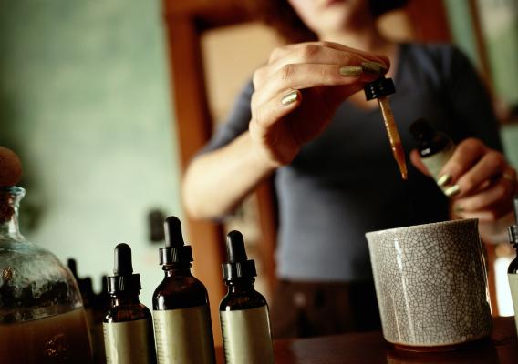 Эфирное масло от выпадения волос: обзор средств, применение и эффективность