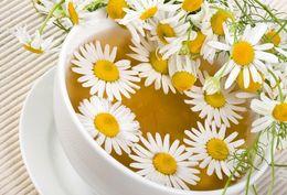 Один из вариантов для светлых волос - лимонный сок и чай из ромашки