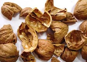 Для темных волос подойдет кожура грецких орехов, отваренная в воде