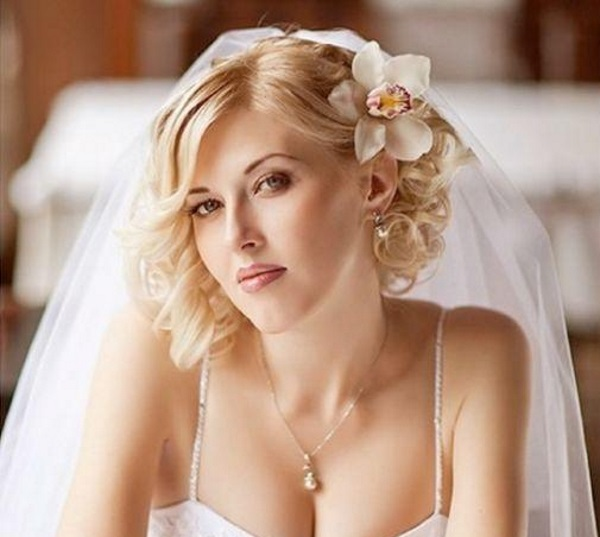 Локоны в свадебной прическе