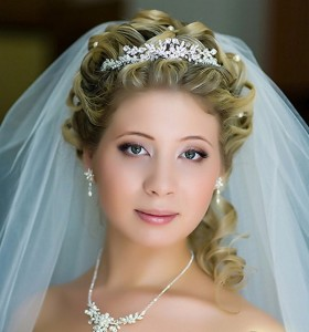 Прически на средние волосы свадебные с диадемой и фатой