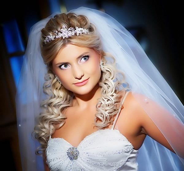Прически свадебные с челкой и диадемой и фатой
