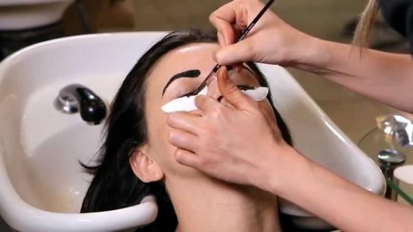 Процесс окрашивания бровей и ресниц
